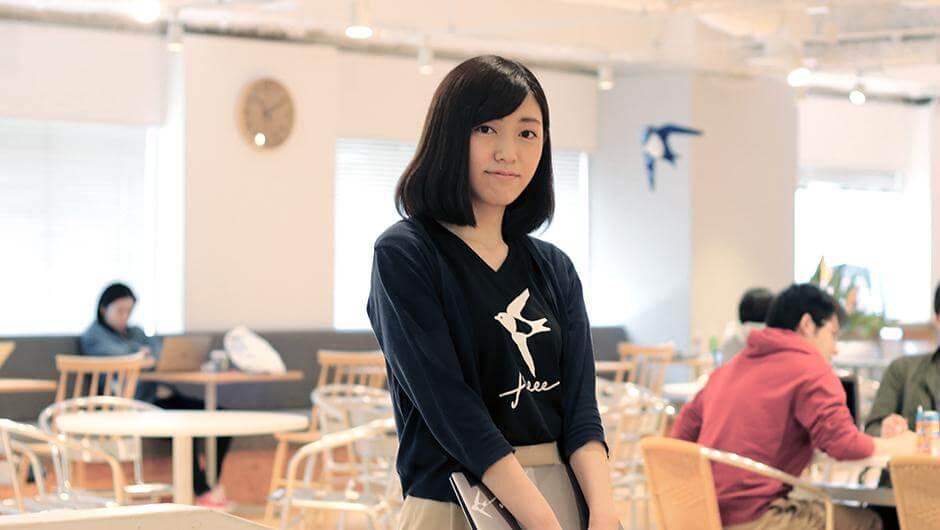 freeeマーケターの砂川恵里佳さんが正面を見据えている姿