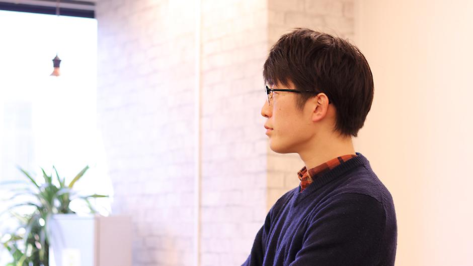 OYO、川本 寛之さんが外を見ている姿