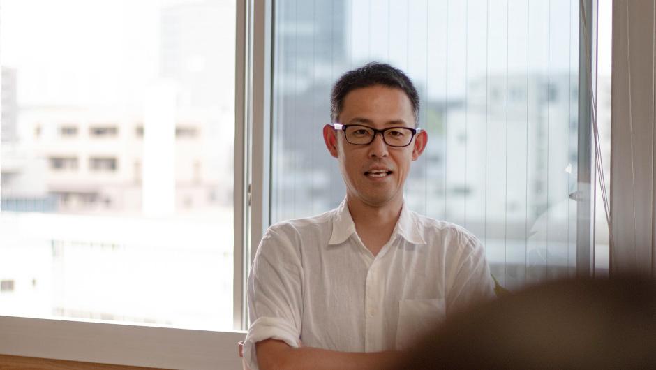 株式会社ボーダレス・ジャパン代表取締役副社長の鈴木雅剛さんの窓際で立った画像