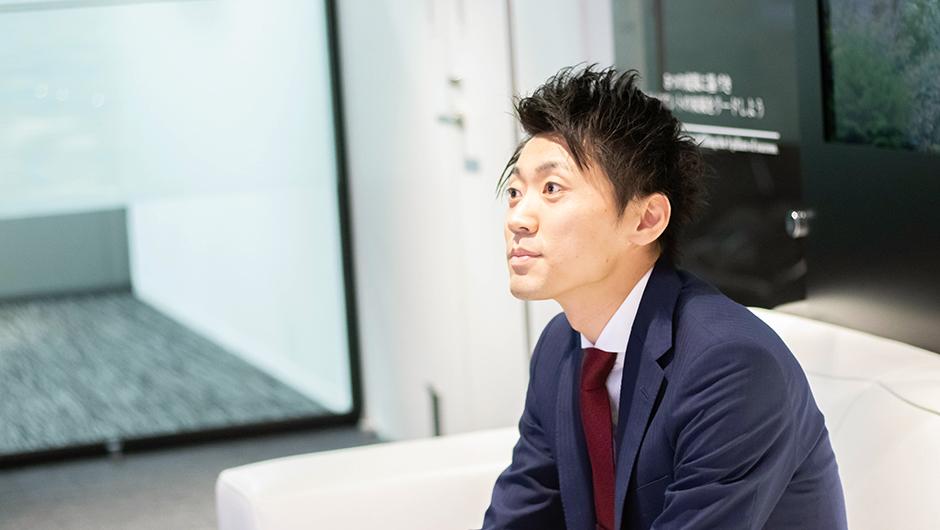 リブ・コンサルティングのコンサルタント鈴木智大さんの座った画像