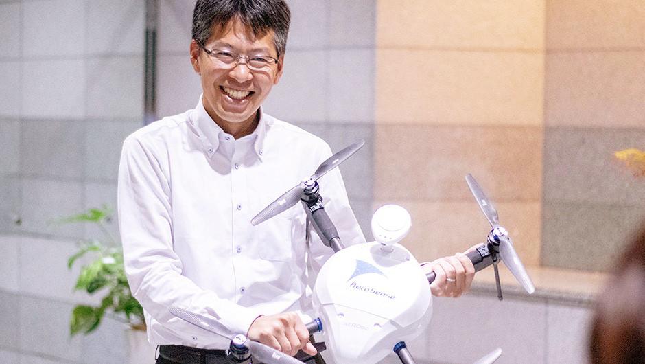 エアロセンス・ドローンを持つ嶋田さんの笑顔