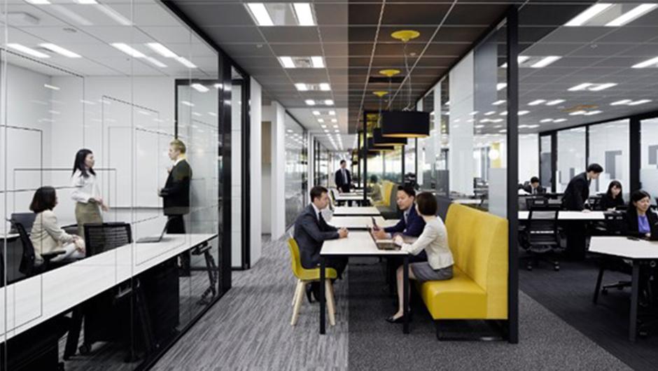 黄色いソファのあるPwCオフィス
