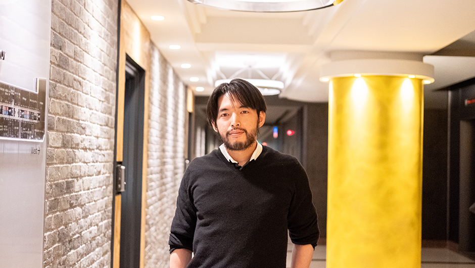 Sasuke Financial Labのデザイナー大橋貴良さんの廊下での正面顔