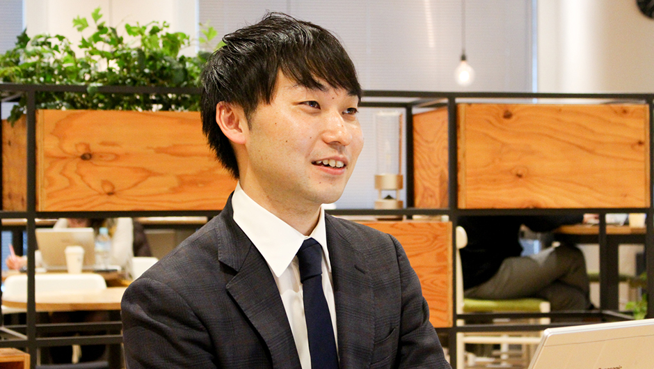 グロービス尾花宏之さんのPCを前に話す画像