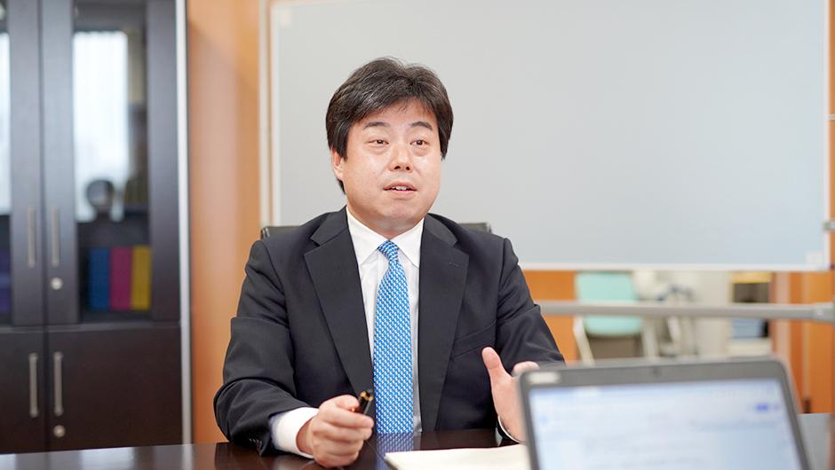 内閣官房 内閣人事局 内閣参事官の鈴木 毅さんの話す姿