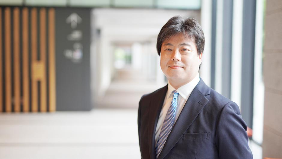 内閣官房 内閣人事局 内閣参事官の鈴木 毅さんのカメラ目線のカット