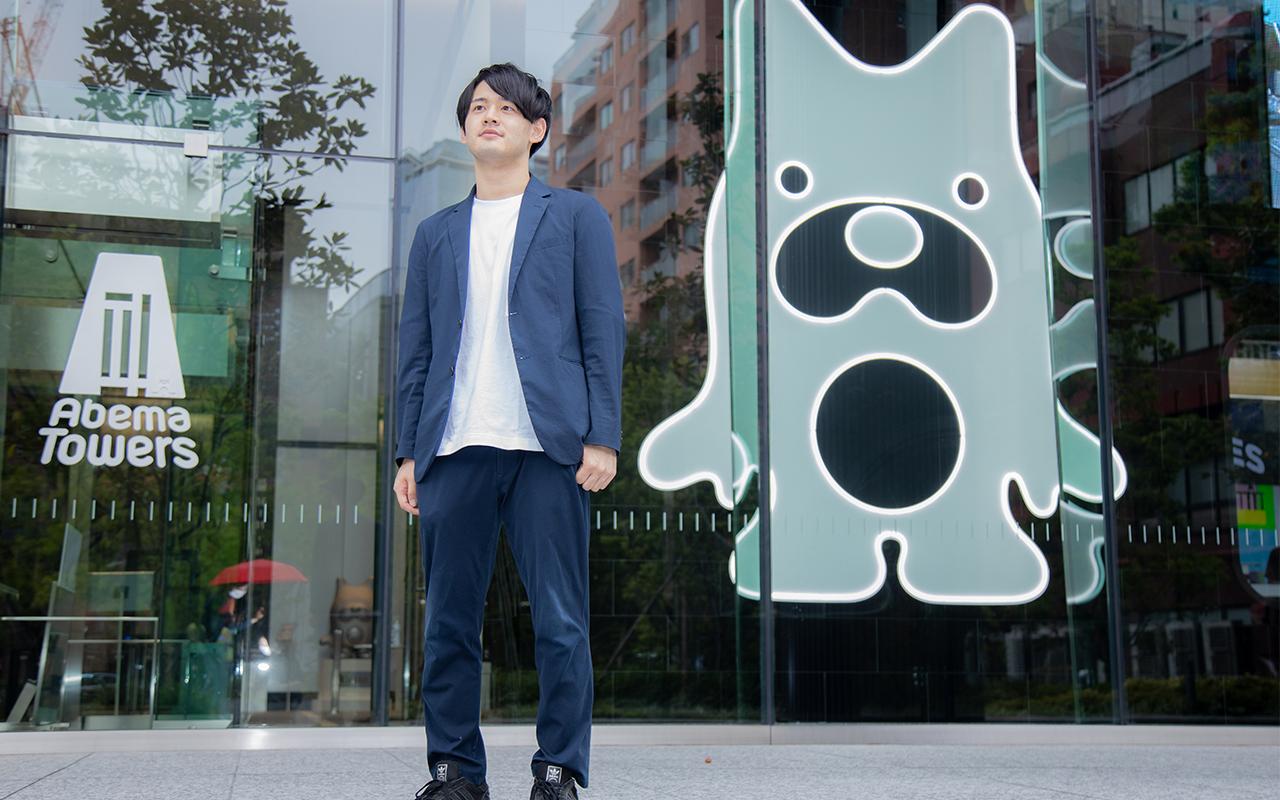 サイバーエージェント稲富龍太郎さんがビル前で立つ姿