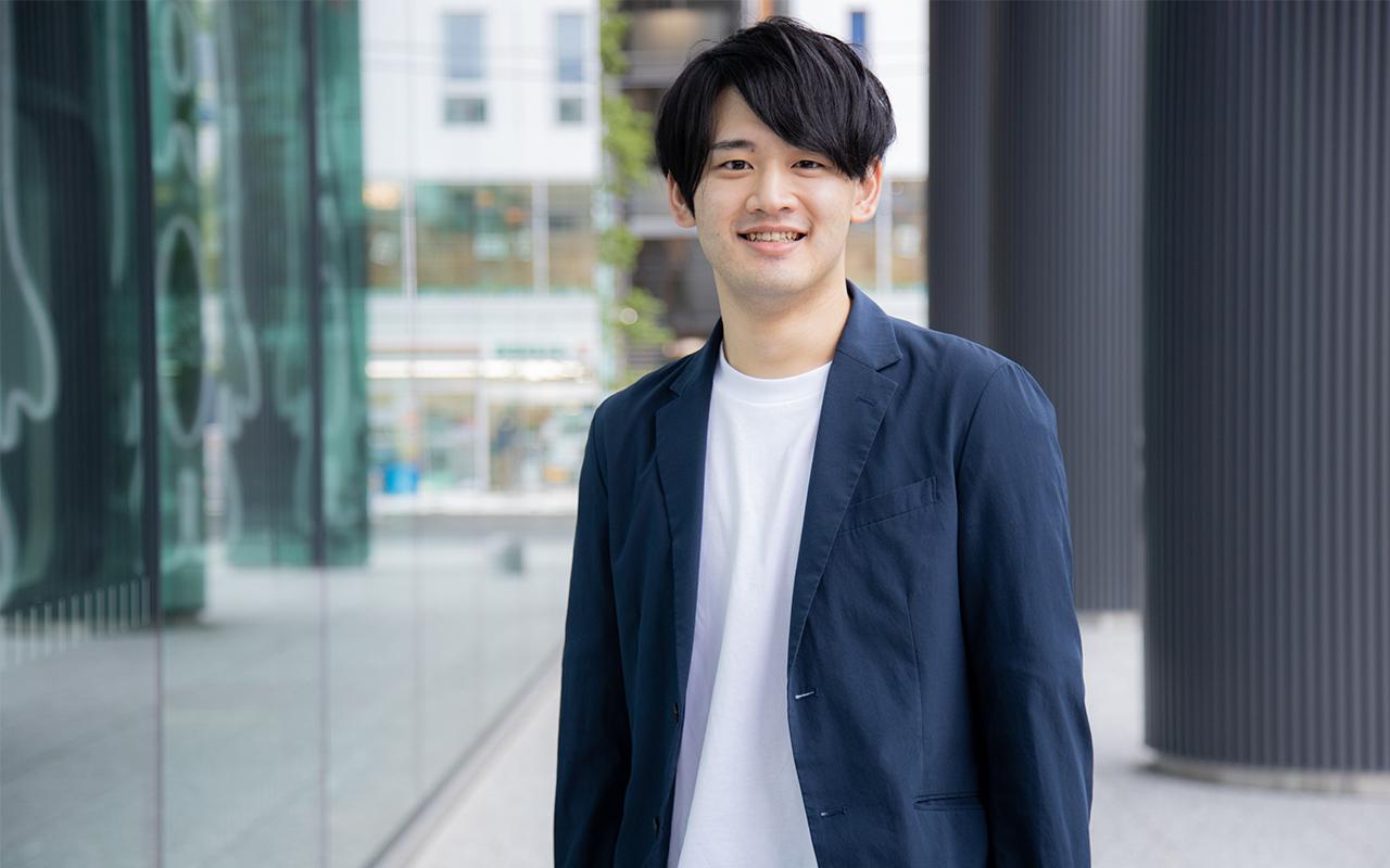 サイバーエージェント稲富龍太郎さんのビル前での笑顔