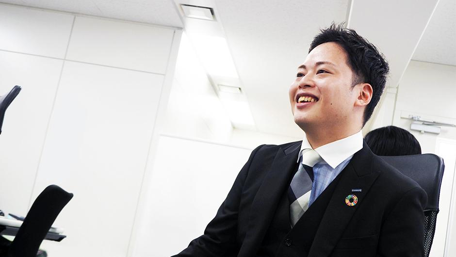 ジェネクスト取締役COO ・ 山地瞭さんの椅子に座って話す横顔