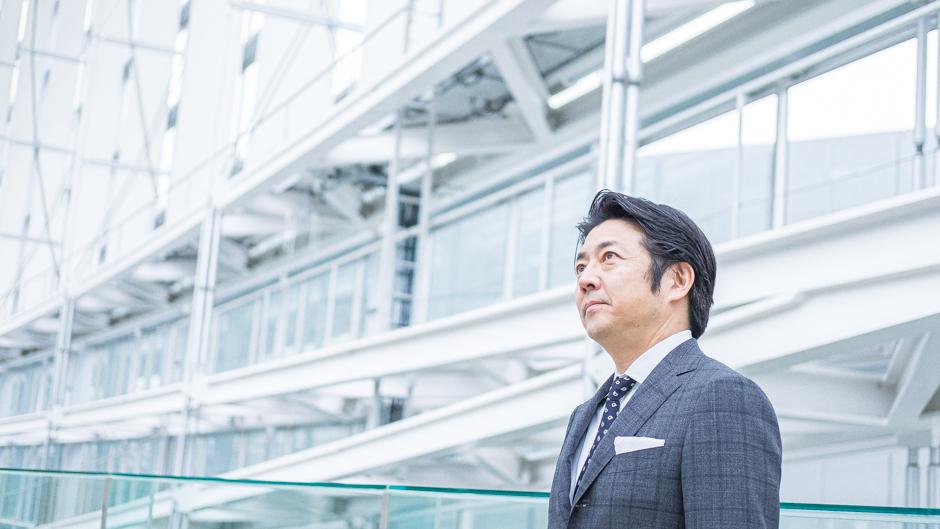 Salesforce千葉弘崇さんの未来を見据えるカット