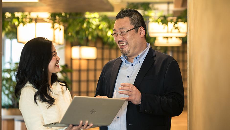 アマゾンウェブサービスジャパン株式会社の話す男女社員画像
