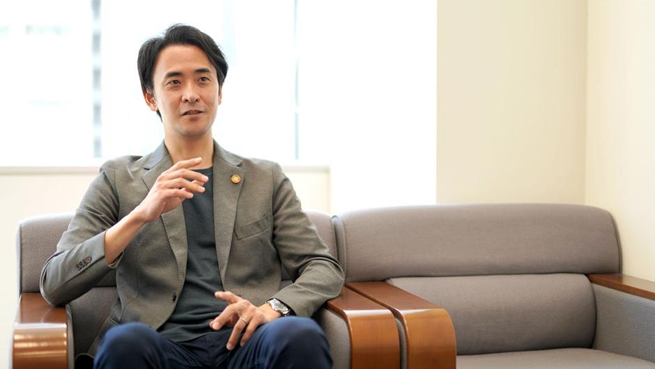 京都市東京事務所 次長 逢坂剛史さんがソファで話す画像